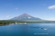 夏の山中湖と富士山