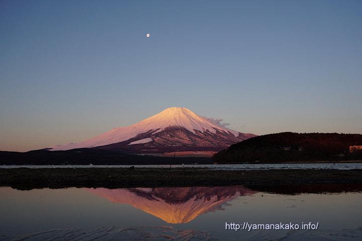 薄紅色の逆さ富士