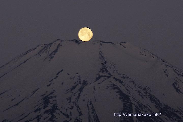 富士山頂に沈む月