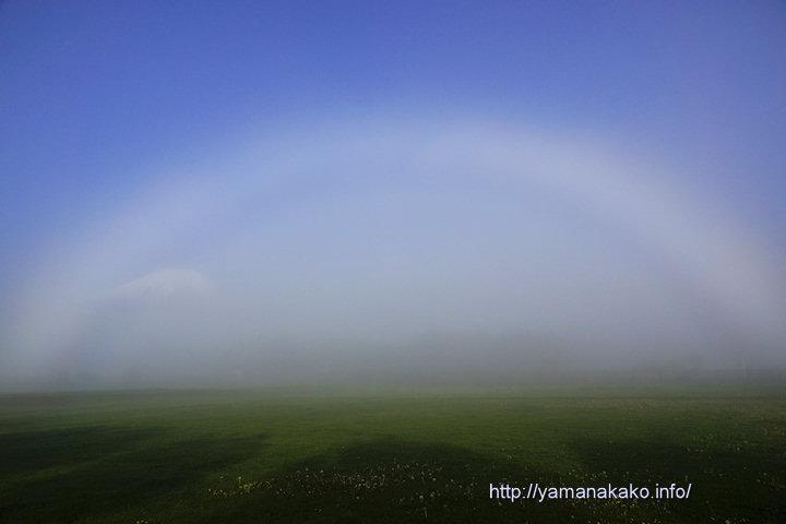 白虹と薄ぼんやり富士山