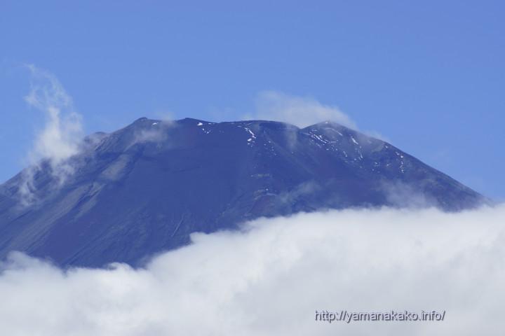 ちょっと雪が残っている富士山