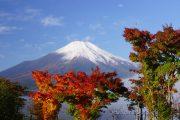 紅葉と冠雪した富士山