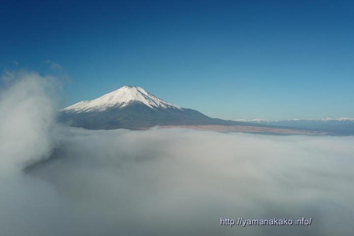 雲海に浮かぶ富士山