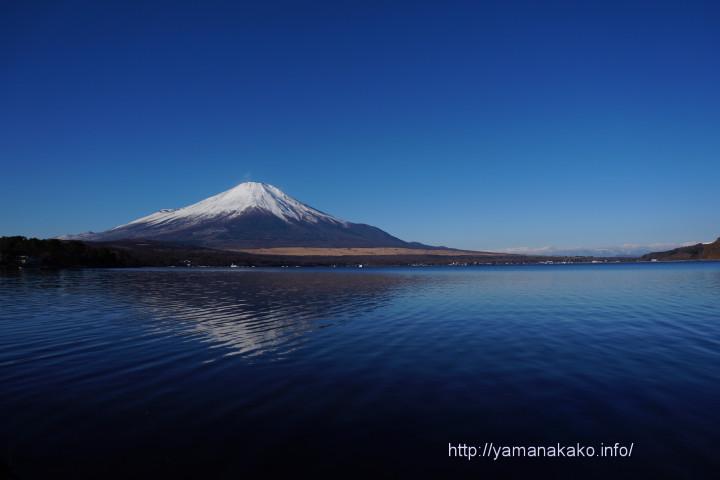青い空と湖の間に富士山