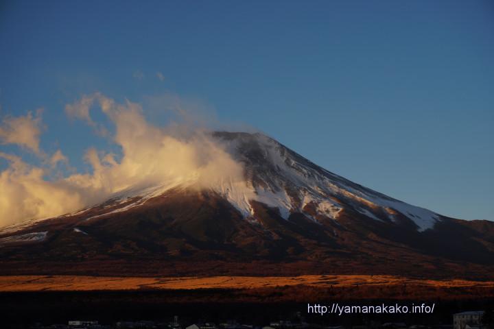 富士山にまとわりつく雲