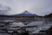 割れた氷の狭間に逆さ富士