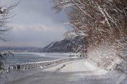 雪が積もり道路も湖も白く