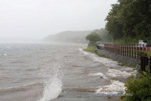なくなった砂浜と波しぶき