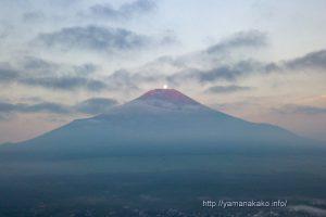 富士山頂に沈む月(パール富士)