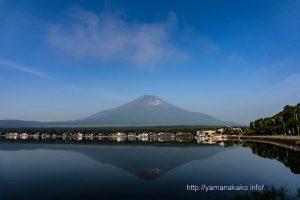 鏡ような湖面に映る逆さ富士