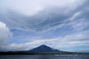 富士山にかかる大きな吊るし雲