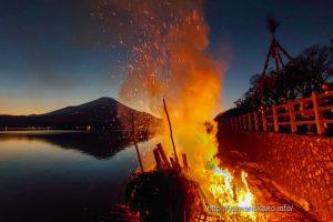 富士山をバックにどんど焼き