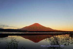 赤富士の逆さ富士